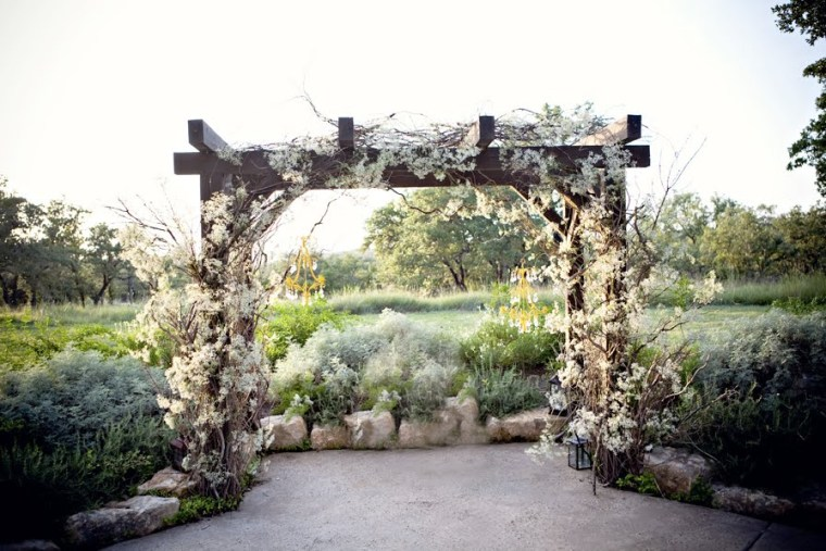 babys-breath-altar-vintage-hill-country-austin-wedding